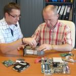 Franck donnant Hardware à Geoges