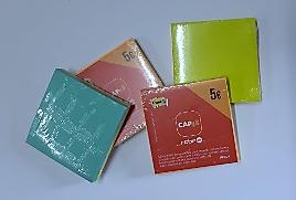 Pochettes à 5€ : 2 blocs de Post-it carrés : 1 vert et 1 orange ou 1 bleu et 1 vert (7,5 cm sur 7,5 cm).