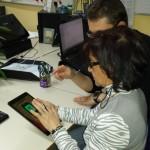 Franck donnant cours à Anna sur tablette
