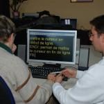 Franck donnant cours à Madeleine avec ZoomText